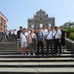 マカオ観光の 世界遺産の聖ポール天主堂跡をバックに1枚